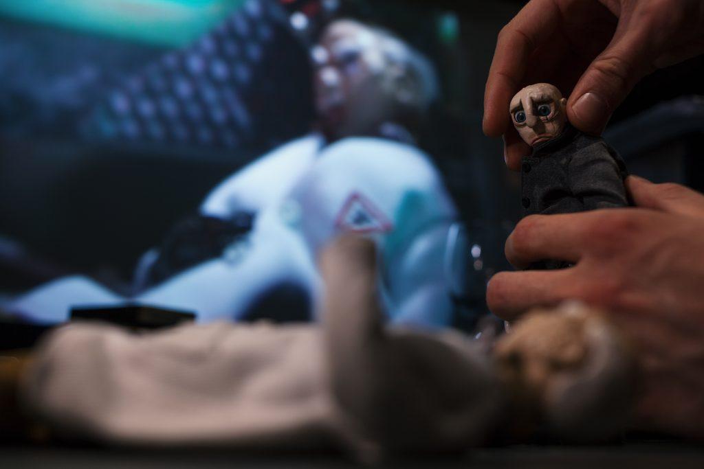 Fred vor Monitor Hand (testfoto)